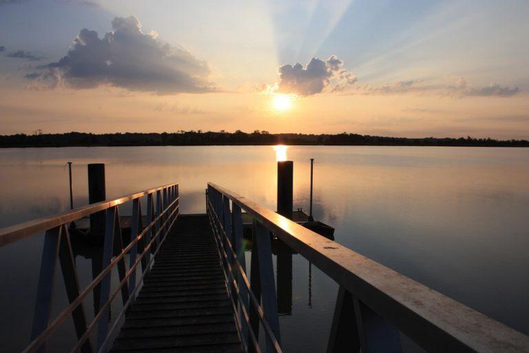 Extérieur sur un ponton avec coucher de soleil