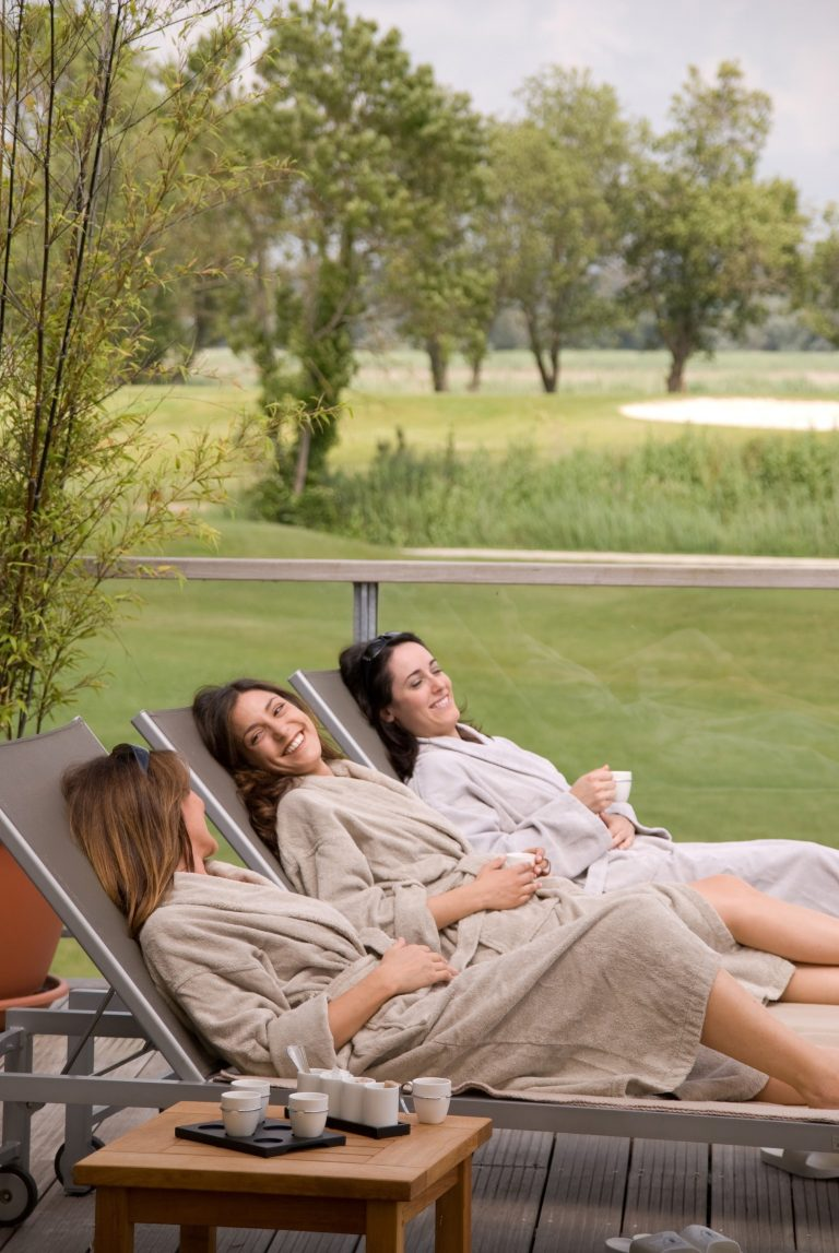 Femmes profitant de la terrasse après un Spa